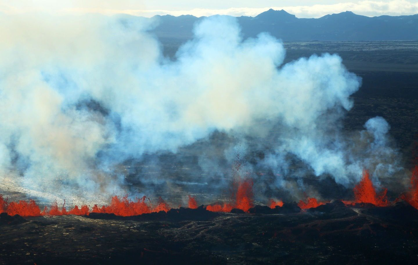 Holuhraun - 02.09.2014 - dégagement de gaz volcanique sur la fissure active - photo RUV