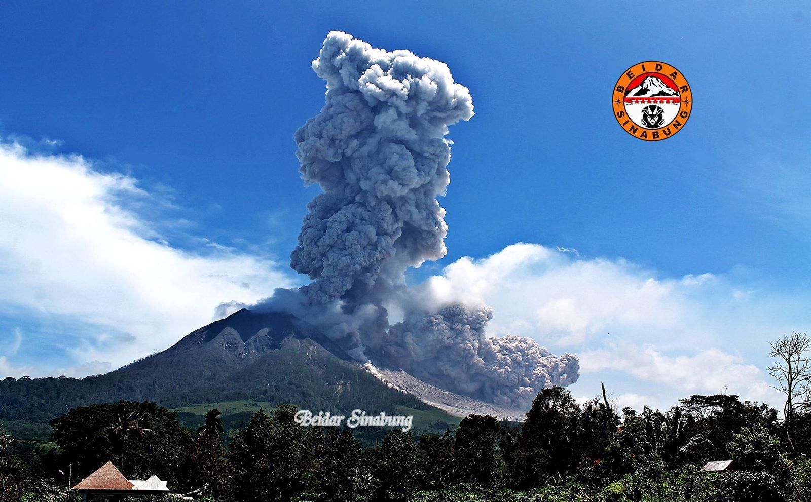 Sinabung 09/26/2015 - explosion plume and two pyroclastic flows developing - photo Firdaus Surbakti / Beidar Sinabung