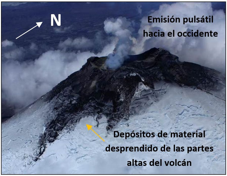 Cotopaxi eastern flank - the upper glacier and the edge of the crater melting caused mudslides, which material obscures the lower part of the glacier - Photo: S. Vallejo / IGEPN