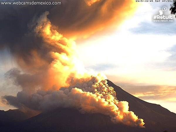 Colima - development of the pyroclastic flow 05/10/2015 - photo webcamsdemexico