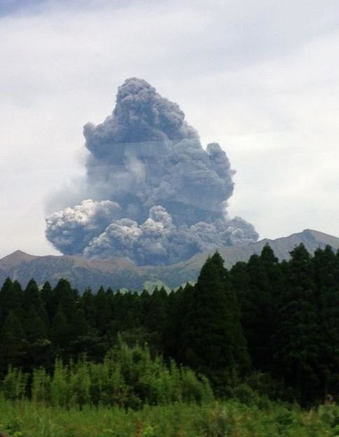 ASO erupted on 09/10/2015 - photo Kyaputen / Twitter