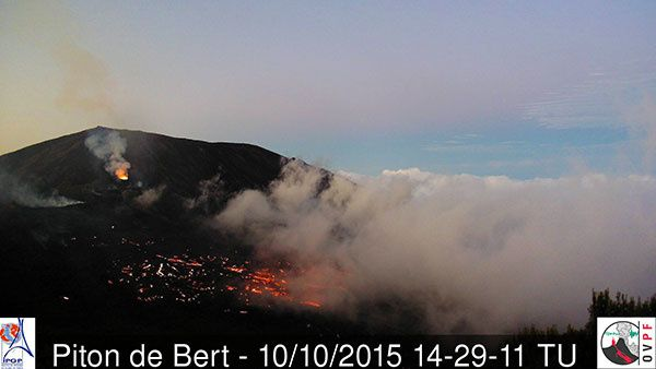 Piton de la Fournaise - the eruptive cone and the Pahoehoe lava field - webcam Piton Bert 10.10.2015 / 2:29 p.m. GMT