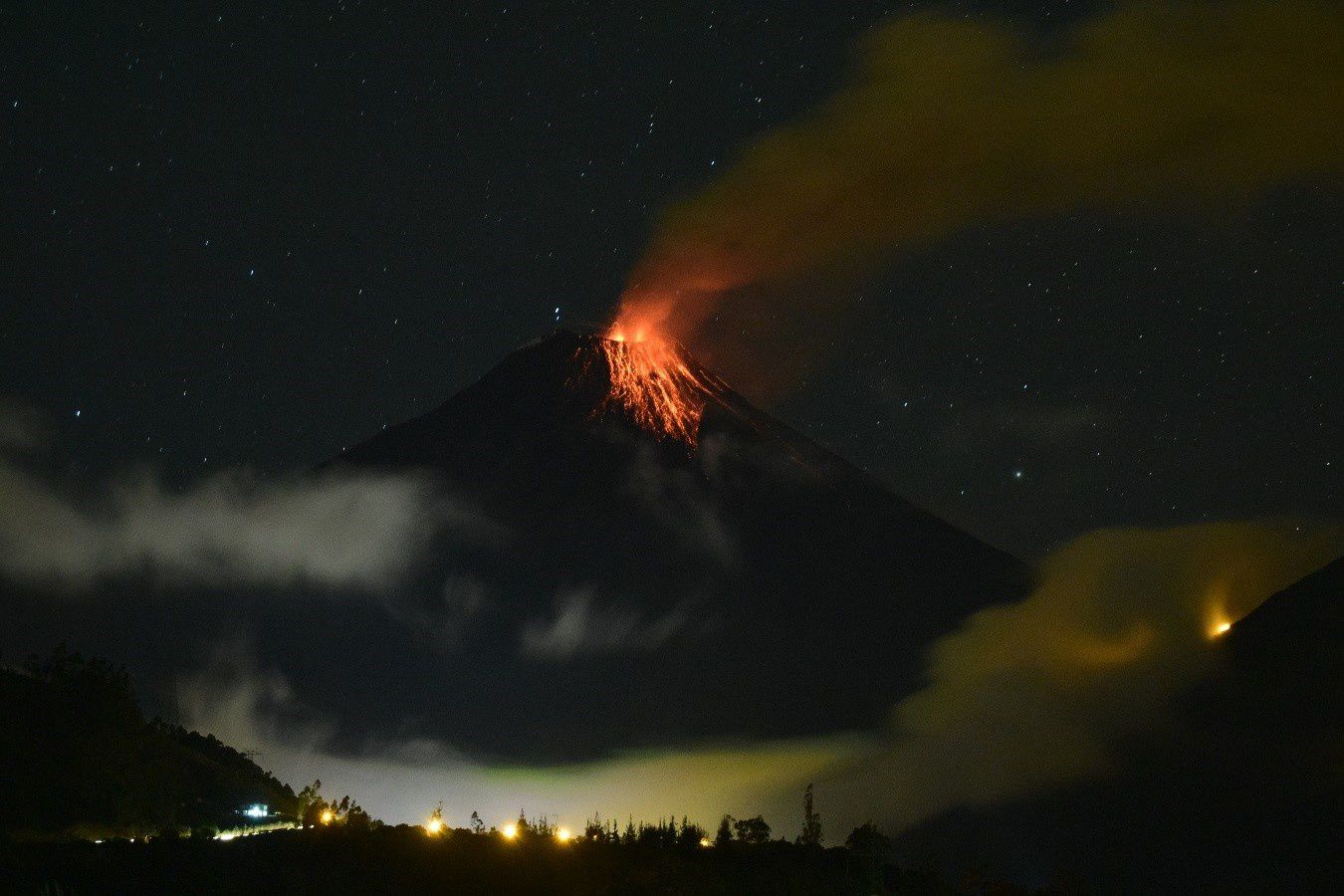 Tungurahua - strombolian activity 10.11.2015 / 7:09 p.m. LT - photo IGEPN
