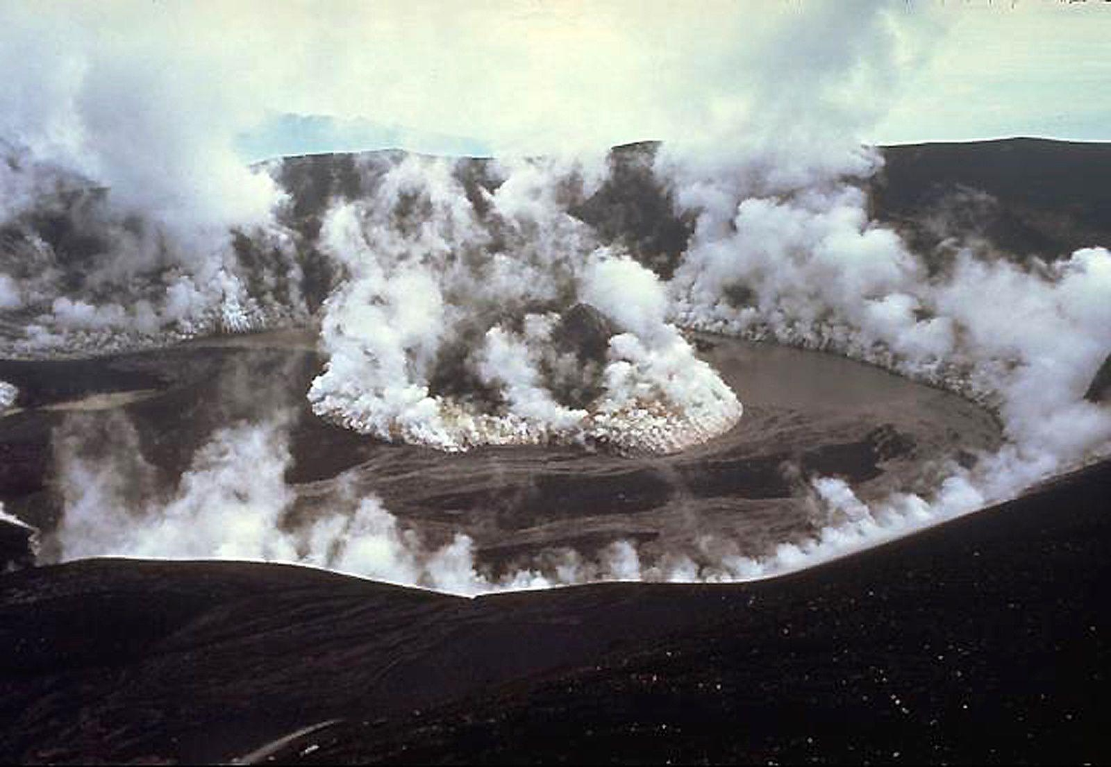 Galunggung 05.02.1983 ... un mois après la fin de l'éruption, des nuages de vapeur s'échappent du cinder cone formé au centre du cratère et des bords internes de la caldeira ; un lac commence à se former qui va engloutir presque l'entièreté du cône - photo Don Peterson USGS.