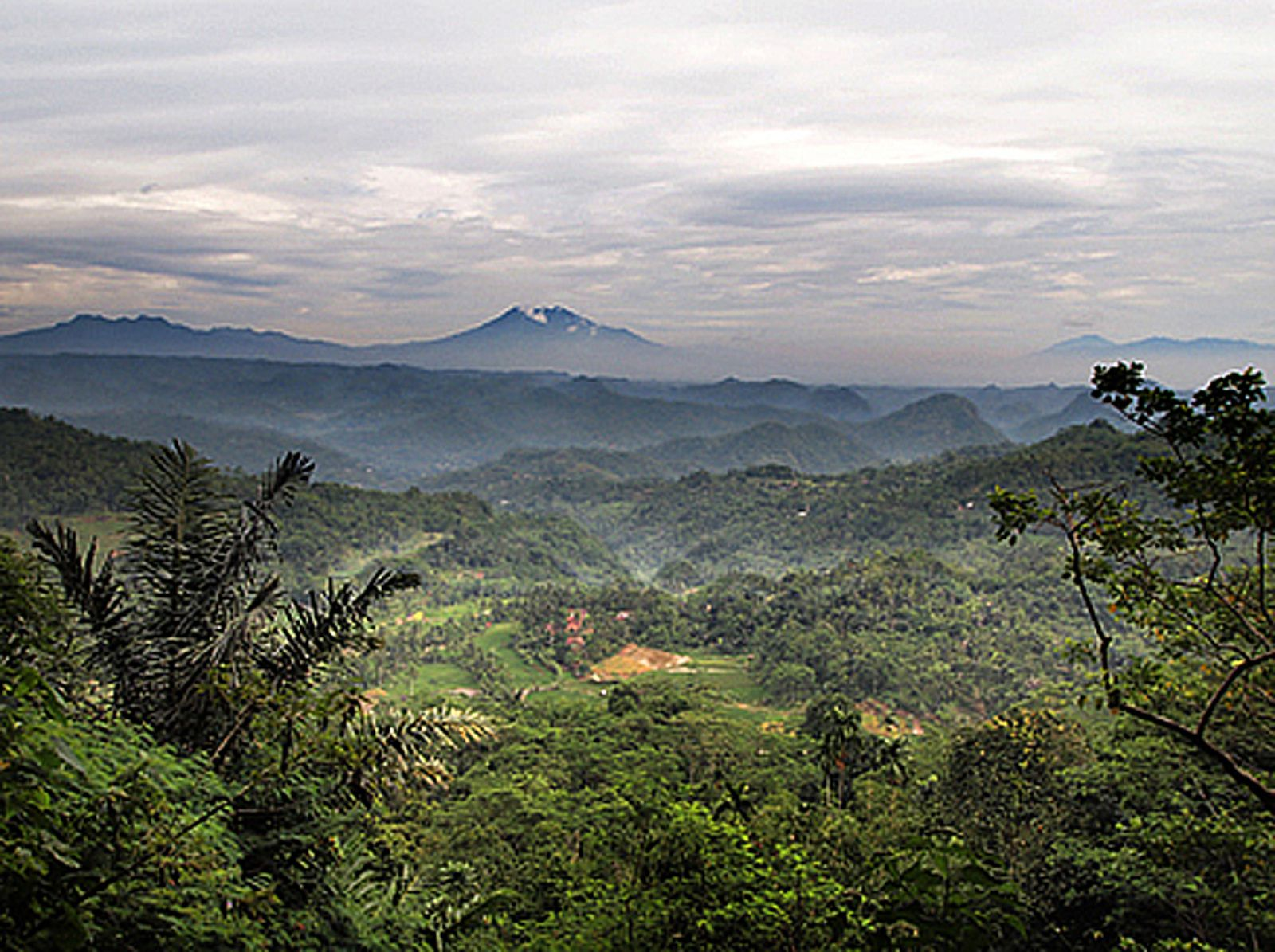 Views on the hills of Tasikmalaya and Galunggung - photo Rossche 2011