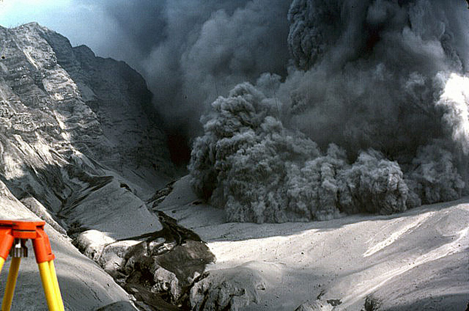 Galunggung - pyroclastic flow of 7 August 1982 which passes the crater rim and goes to a measuring station - the photo was taken by Butik Pasir Bentag 2 km from the crater / via Jack Lockwood, 1982 (US Geological Survey).