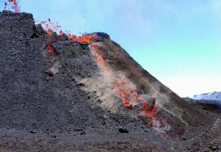Piton de La Fournaise - fracture sur la gauche de la photo et au centre, glissement d'une portion du flanc permettant un échappement de la lave - photo OVPF - IPGP 17.10.2015