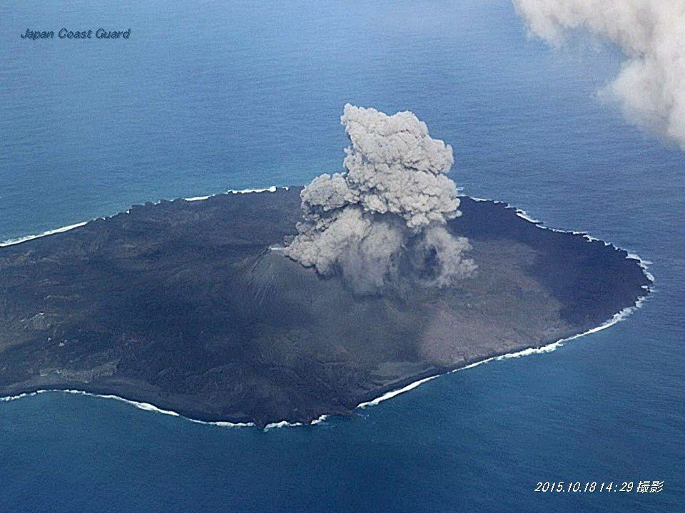 Nishinoshima 18.10.2015 - panaches stromboliens chargés en cendres se suuccédant  - le premier en haut à droite de la photo - Doc. Japan Coast Guards