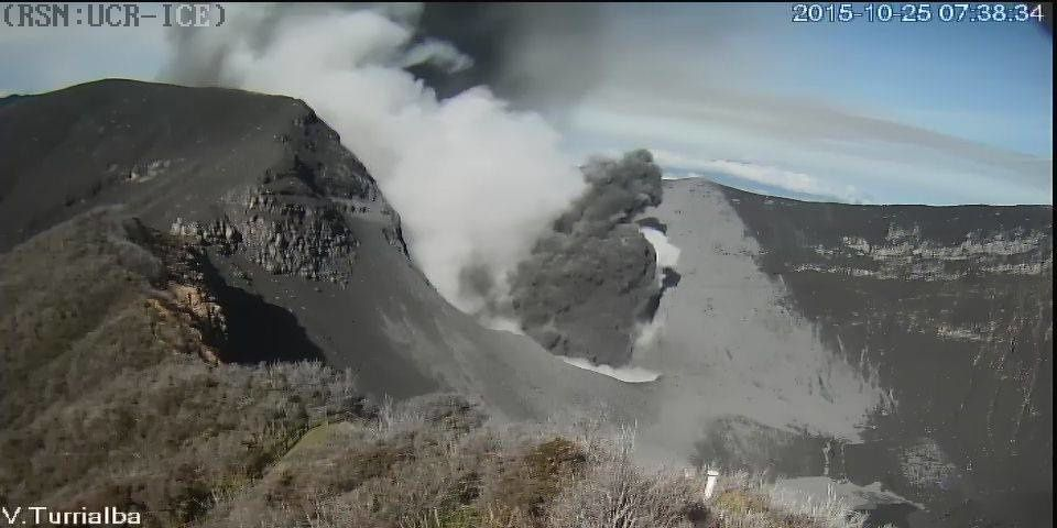 Turrialba, ce 25.10.2015 - explosion de 7h38 - webcam RSN