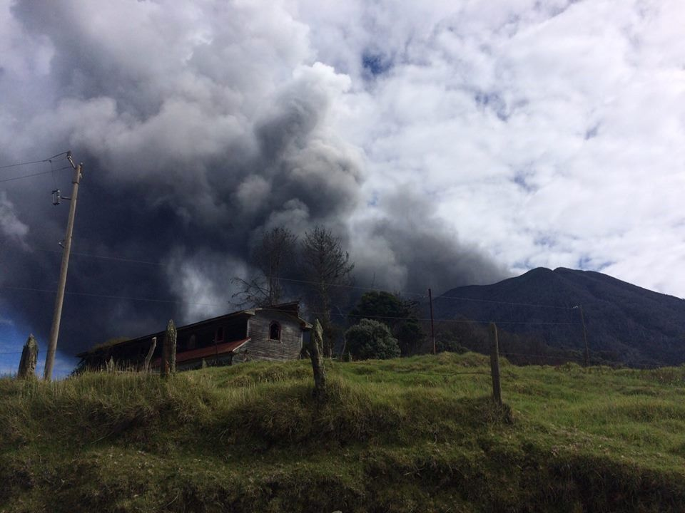 Turrialba since LA Central  10/27/2015 / 8:30 - Photos Reina Sanchez / Parque Nacional Volcan Turrialba