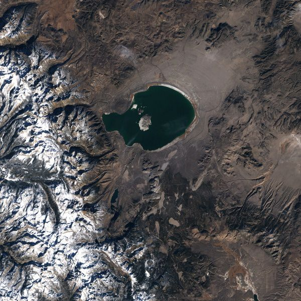 Landsat satellite image of Mono lake and Mono craters to the south of it - the analyzed area occupies the upper left corner of the simplified geological map / doc. Long Valley caldera USGS - Lyn Topinka