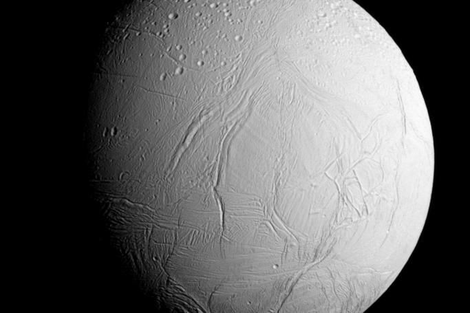 The surface of Enceladus - Craters to the north (top left), fractures to the south (center and right) - Doc. NASA JPL Caltech