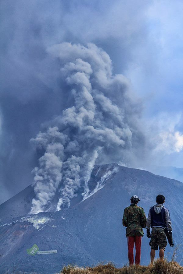 Rinjani - ash emissions from November 1, 2015 - photo Rinjani trekker / Twitter