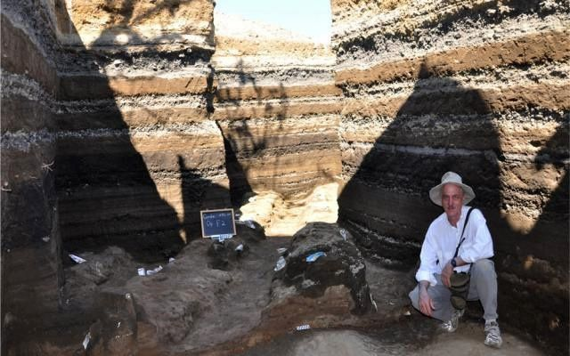 Joya de Ceren - archaeologists to work after digging the ash layers that protected the village - Doc. University of Colorado