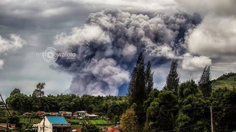 Sinabung - coulée pyroclastique du 11.11.2015 / 12h47 loc - photo endrolew@ / Twitter