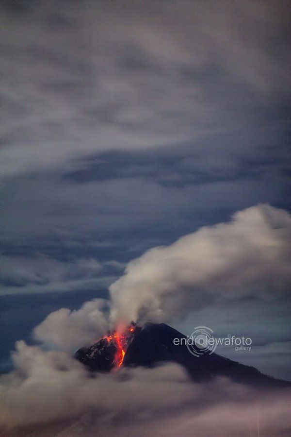 Sinabung 11.12.2015 / 10:00 p.m. - photo endrolewafoto /Twitter