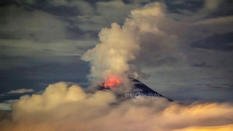 Sinabung 11.12.2015 / 9:41 p.m. - photo endrolewafoto / Twitter