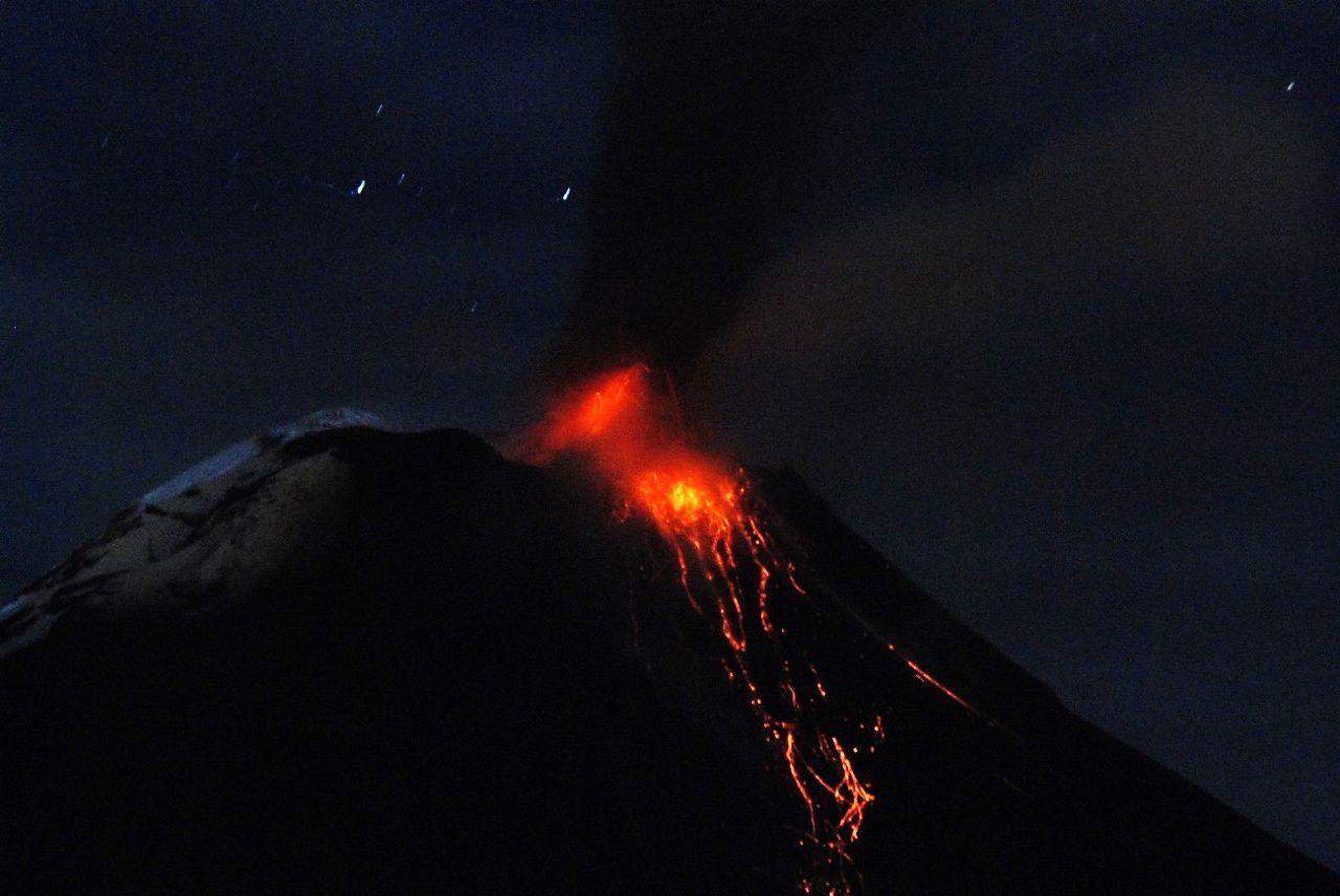 Tungurahua - activité strombolienne dans la nuit du 17.10.2015 - photo Santiago Santamaria – OVT / IGEPN