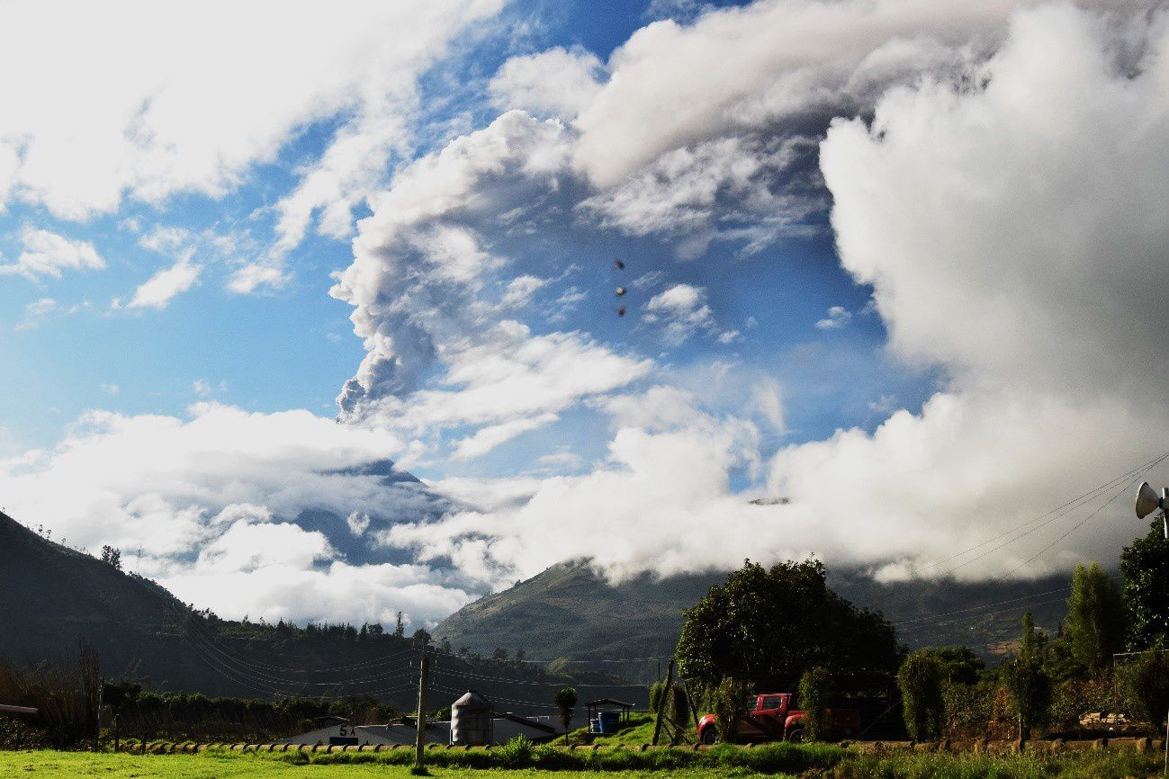 Tungurahua - 11.18.2015 - lightly loaded in ash plume in the day - photo Santiago Santamaría - OVT / IGEPN