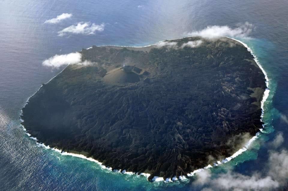 Nishinoshima - survol du 17.11.2015 - la décoloration des eaux se cantonne dans les 200-300 m. sur le pourtour  des 3/4 de l'île  - photo Japan Coast Guards