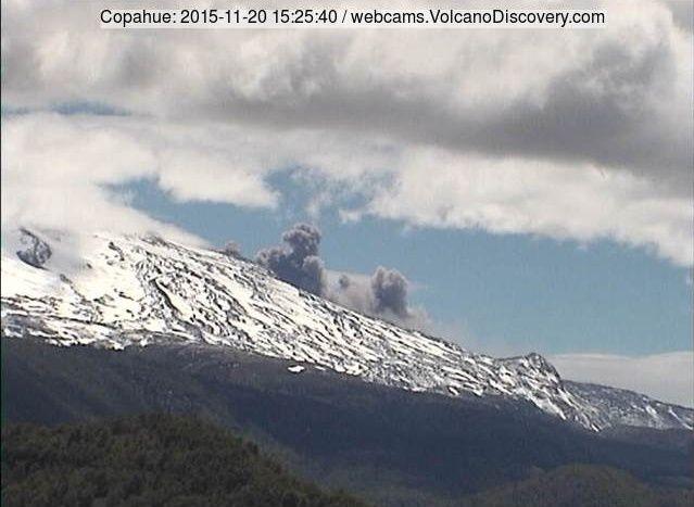 Copahue 20.11.2015 / 15h25  - doc. webcam Volcanodiscovery