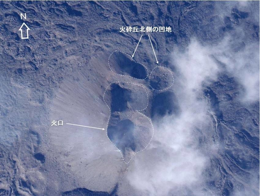 Nishinoshima - survol du 17.11.2015 - les différents cratères du cinder cone - photo Japan Coast Guards