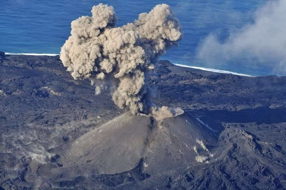 Nishinoshima - overview of 11/17/2015 - Vulcanian ash plume and recent lava flow at the foot of the cinder cone opening - photo Japan Coast Guards