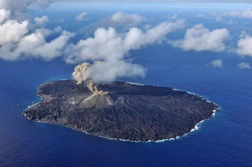 Nishinoshima - overview of 11/17/2015 - on this general view of the island-volcano, one can see on the left traces projections at sea - open the photo with one click - photo Japan Coast Guards