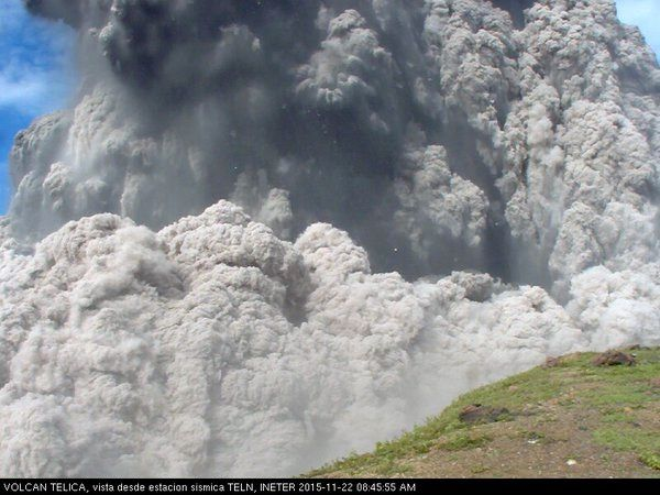 Telica - 11.22.2015 / 8:45 - explosion, projection of blocs and pyroclastic flow  - webcam seismic statio TELN / INETER