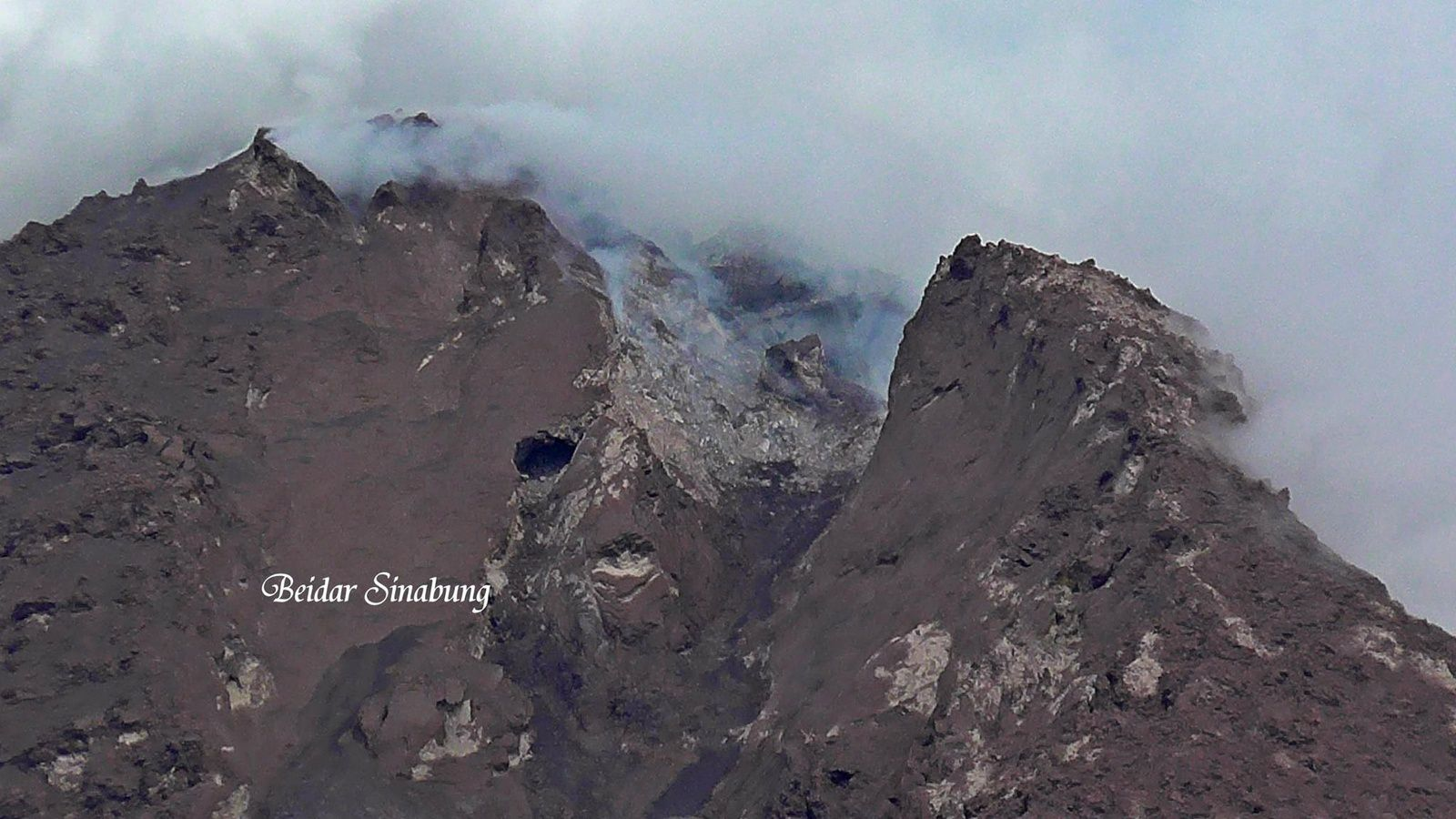 Sinabung, evolution of the summit dome - 11.25.2015 - photo Firdaus Surbakti via Beidar Sinabung