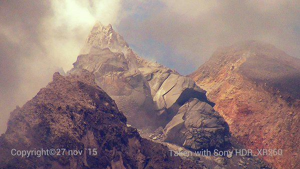 Sinabung - needle and lava dome - photo 2015.11.27 Tarman Azzam AlKarory / Twitter