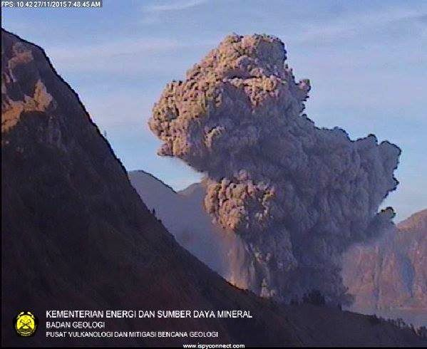 Rinjani - development of the ash plume on 11.27.2015 / 7:48 - Webcam PVMBG