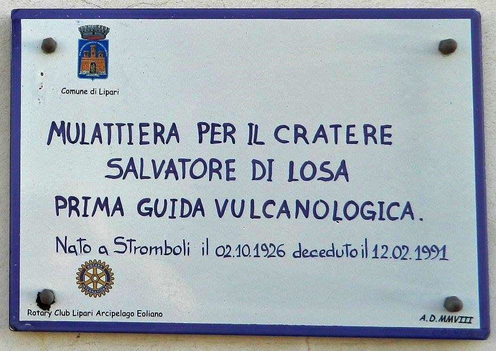 Plate commemorating the dédication of a trail to the first volcanological guide of Stromboli, Salvatore di Losa - Doc. archives of Bernard Philippe / volcan-stromboli.skyrock.com