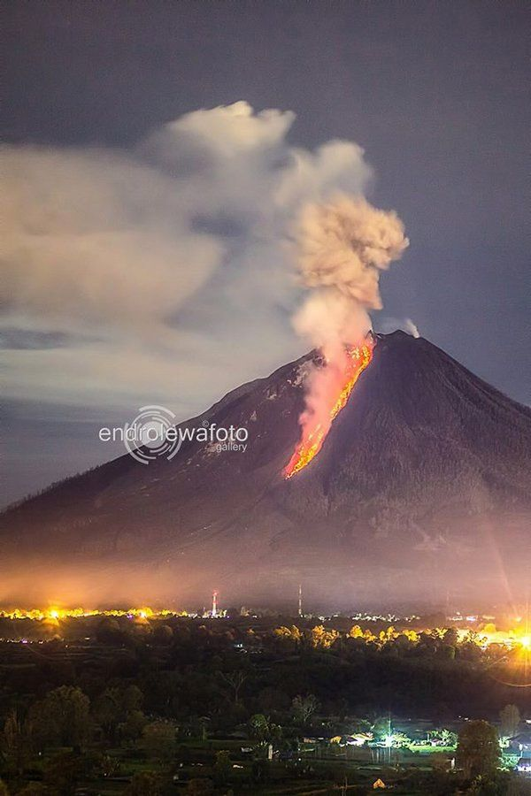 Sinabung, chute de blocs incandescents le 30.11.2015 / 20h55  - photo endrolewa / Twitter
