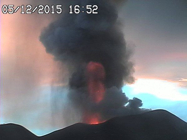 Etna Voragine - lava fountains at 4:08 p.m and 4:50 p.m.- Radio Studio webcam 7
