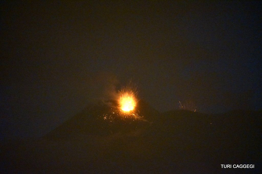 Etna 06.12.2015 - activation au pit crater du NSEC - photo Turi Caggegi / Twitter