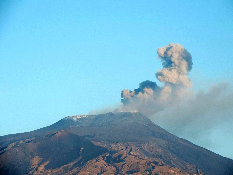 Etna - panache de cendres et gaz émis par le cratère nord-est (NEC) le 9.12.2015 - photo Boris Behncke / INGV Catania