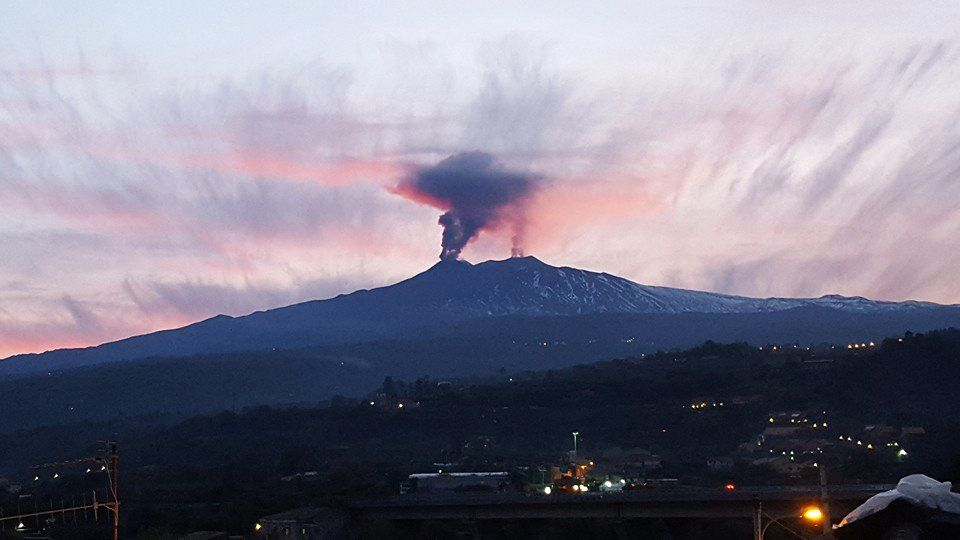 Etna - both NE crater, right, and southeast crater, left, emit ash - Foto Luigi Leva / EtnaLive