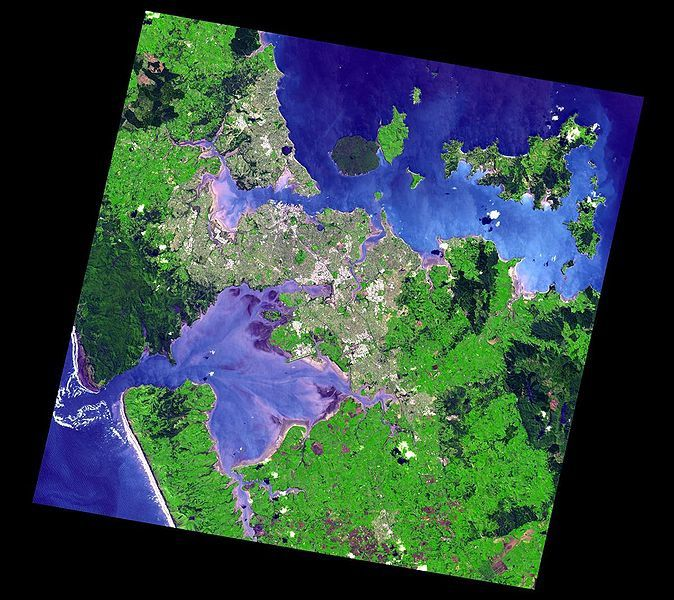 The agglomeration of Auckland, seen by Aster in 2006 above, and the location of the volcanic field structures down.