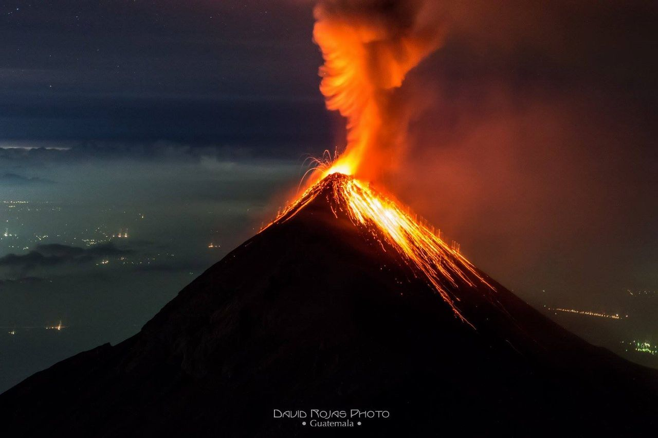 The Fuego from Acatenango - in the night of 12 to 12/13/2015 - photo David Rojas / Facebook
