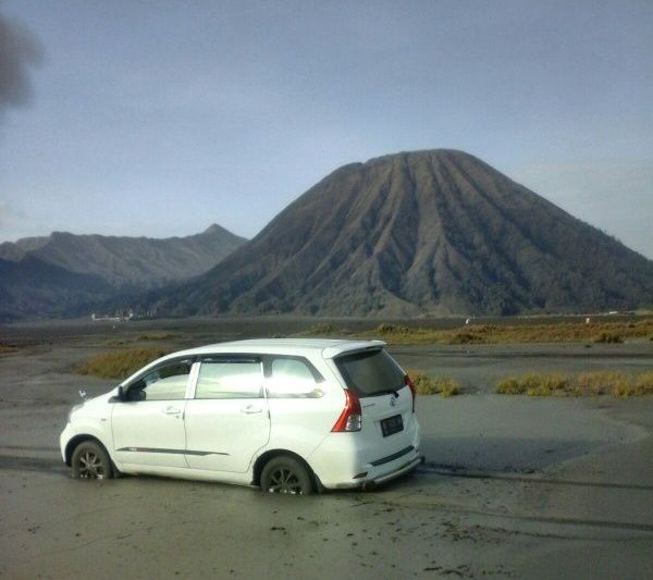 Bromo - after braving the ban, a car trapped in the Tengger caldera - photo Sutopo / BNPG / Twitter