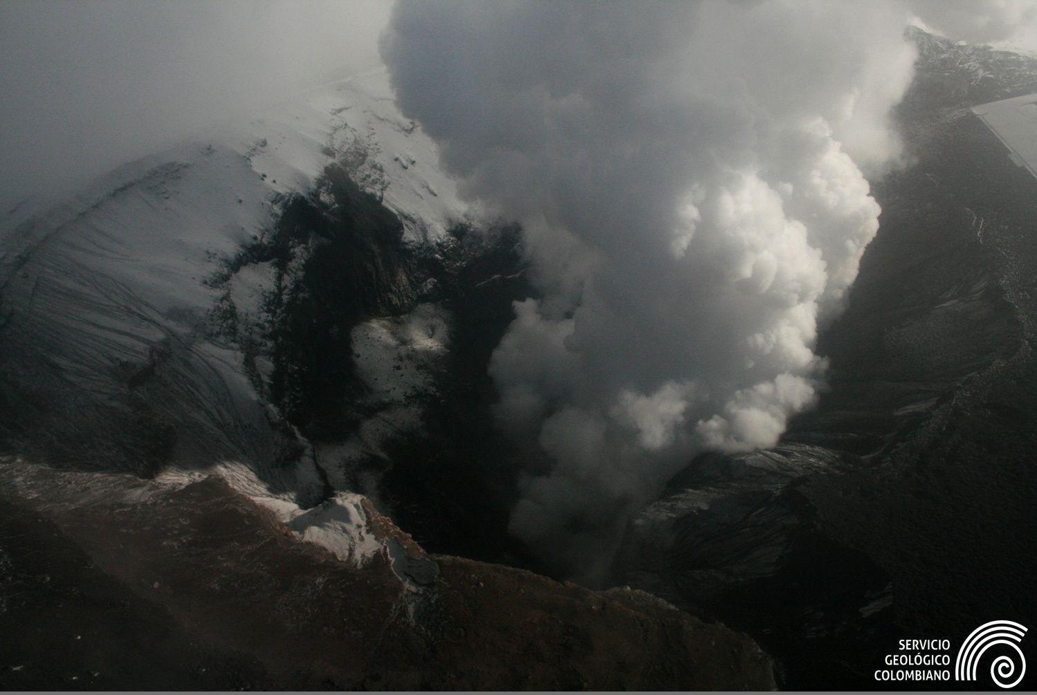 Nevado del Ruiz - panache de vapeur lors du dernier survol le 19.11.2015 - photo Ingeominas