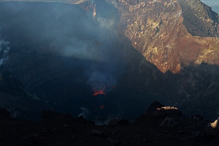 Pacaya - 12.22.2015 - Mackenney crater and tne active cinder cone - photo VolcanoDiscovery