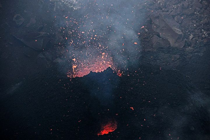 Pacaya - 12.22.2015 - spattering at the cinder cone in the Mackenney crater - photo VolcanoDiscovery