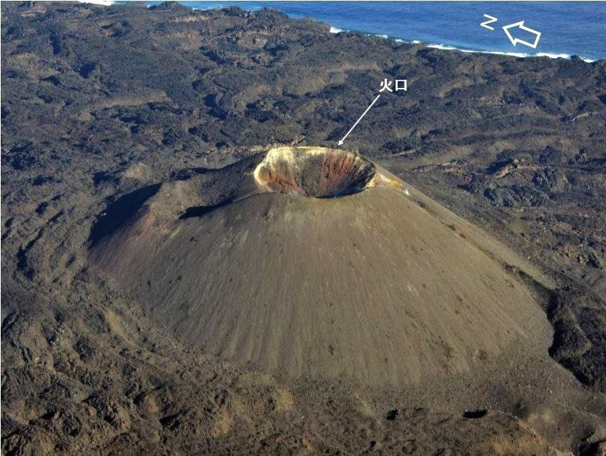 Nishinoshima - the central cone without degassing and  hemmed by sulfur - photo Japan Coast Guards 12/22/2015
