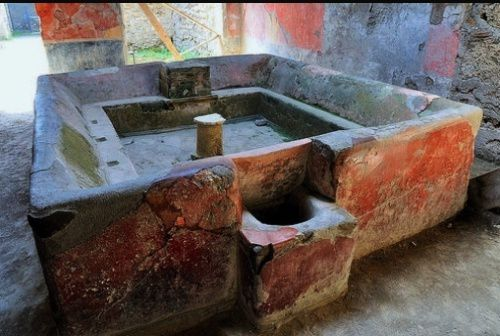 Pompeii - the Fullonica Stephanus - Basin of the restored foulerie - photo La Republica
