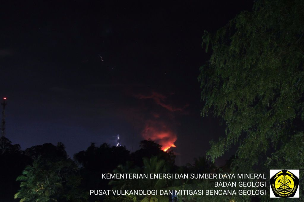 Soputan - eruption of 01.04.2016 / 20:53 WITA - note the lava flow from the top of the cone to the left, and lightning on the left of the plume in 2 places - photo PVMBG on Twitter / Devy syahbana