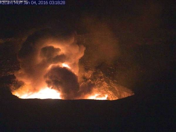 Kilauea - explosion caused by the collapse in Overlook vent - 01.04.2016 / 3:18 - HVO webcam picture