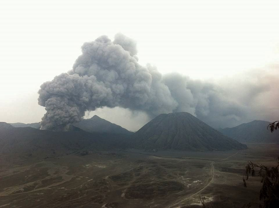 01/05/2016 / 16h20 - Bromo - ash plume to 900m, with a different direction - photo LK Adam / Twitter