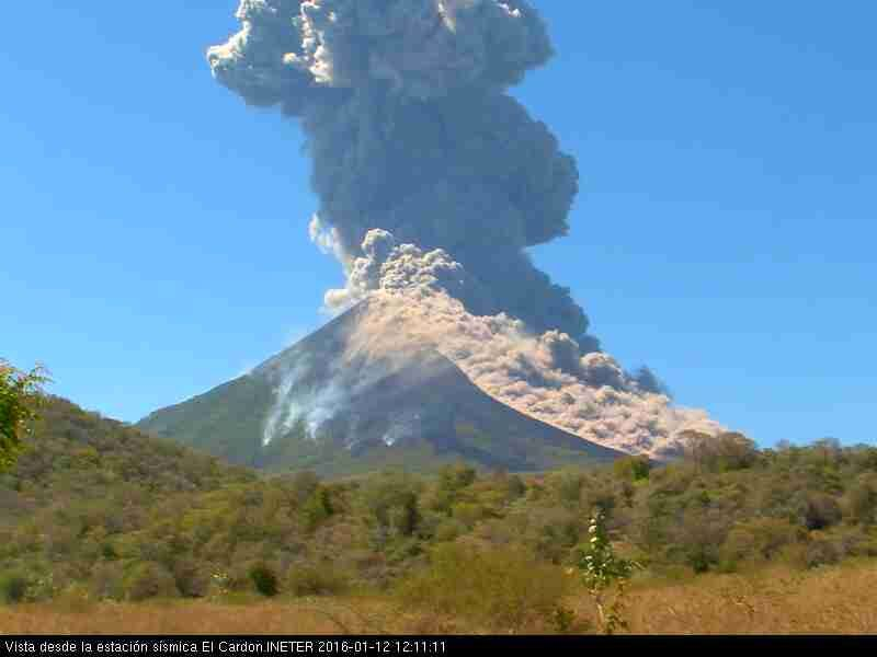 Momotombo - 01.12.2016 / 12:12 - the pyroclastic flow covers an entire side of the volcano - photo webcam INETER
